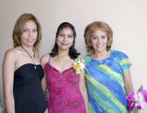 Isabel Ibarbol Figueroa con las anfitrionas de su despedida de soltera, Rosy Castañeda y Claudia Castañeda.