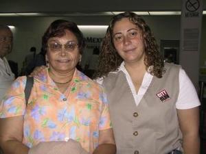 Con destino a España viajó Olga Espino y fue despedida por Nayeli Argas.