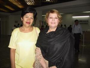 Sandra Ortega regresó al DF y fue despedida por Rosa Vázquez.