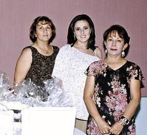 <u><b> 16 de mayo </u> </b><p> Georgina Solorio de Olazábal acompañada de Georgina García de Solorio y Socorro  Esguerra de Olazábal en su fiesta de regalos