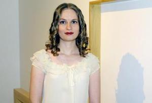 Cristina Treviño con su obra