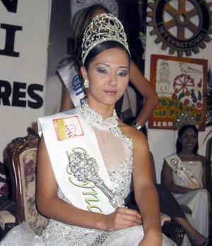 <u><b> 17 de mayo </u> </b><p> Magdalena Reynoso Villarreal Reina de las Flores Lerdo 2004.