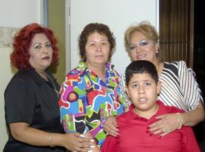 <u><b> 18 de mayo </u> </b><p> María Luisa Soto, acompañada de algunas asistentes al convivio que le organizaron en días pasados.