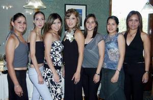<u><b> 18 de mayo </u> </b><p> Elisa Huerta Salcido en compañia de sus amigas, en la despedida de soltera que se le ofreció en días pasados.