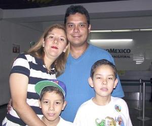 <u><b> 17 de mayo </u> </b><p> Vicente Campos viajó a Japón y fue despedido por Adriana, Vicente y Adrían Campos.