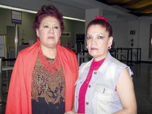 <u><b> 18 de mayo </u> </b><p> Yolanda de los Santos fue despedida por Dolores de los Santos, antes de viajar al DF.