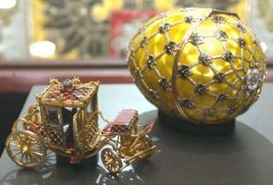 También resalta el huevo Lirios del Valle, regalo de Nicolás II a su esposa Alejandra Fiódorovna en 1989 y tasado entre doce y dieciocho millones de dólares (entre diez y quince millones de euros).