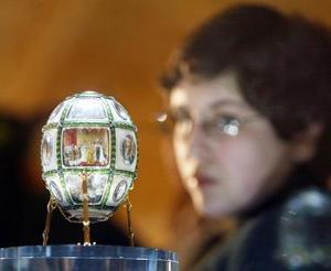 En la exhibición destaca el primer huevo imperial fabricado por Fabergé en 1885 a petición de Alejandro III como regalo de Pascua para su esposa, María Fiódorovna.  <p> A partir de este presente comenzó a fraguarse una serie de huevos imperiales fabricados por los orfebres de la casa Fabergé exclusivamente para los zares y sus familiares y que constituyen una de las colecciones de joyas más valiosas del mundo.