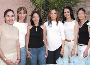 <u><b> 19 de mayo </u> </b><p> Viridiana García de Guzmán, acompañada de sus amigas en su fiesta de canastilla.