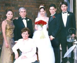 La pareja acompañada de Miguel Ángel Vera Jáquez, María Urista de Vera, Érika y Alejandro Vera.