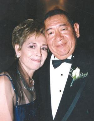 <u><b> 19 de mayo </u> </b><p> Sonia Rincón de Flores y Armando Flores González.