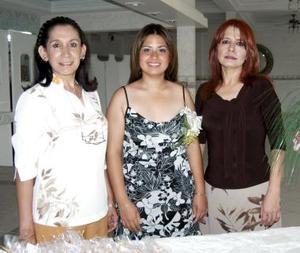 Camy acompañada de las anfitrionas de su despedida, Luz Elva Frayre de Vázquez y Guadalupe Medina de González.