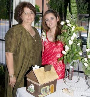 <u><b> 19 de mayo </u> </b><p> Cristina  Esquivel González, en la despedida de soltera organizada por su suegra, Irma Esther Morales  de Caldera.