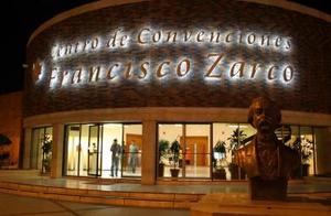 Rafael Aguirre cumple sus bodas de plata en el mundo de las artes visuales y los festeja con la presentación de sus paisajes en el Teatro de Gómez Palacio Alberto M. Alvarado.