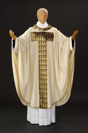 Este es el modelo de sotana que el sacerdote utilizará para la ceremonia religiosa.