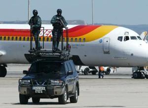 También se ha implementado un operativo de seguridad en el aeropuerto para garantizar el bienestar de amigos y familiares que llegan a la celebración nupcial.