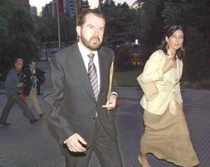 El padre de doña Letizia Ortiz, Jesús Ortiz, acompañado por su esposa Ana Togores, a su llegada al hotel donde cenaron con el Príncipe Felipe y su prometida
