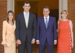 Letizia Ortiz, la novia (izq) , el príncipe Felipe, (segundo izq) fueron captados junto al primer ministro español Jose Luis Rodríguez Zapatero y su esposa Sonsoles Espinosa