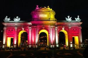 La madrileña Puerta de Alcalá ha sido iluminada dentro de las pruebas de iluminación realizadas en Madrid con motivo de la boda