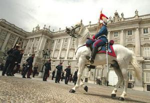 Considerado como el edificio más representativo de la Corona española y reservado únicamente para los actos solemnes de Estado, el Palacio Real, recubierto para la ocasión con una carpa, albergará además el banquete nupcial al que asistirán 1.400 invitados