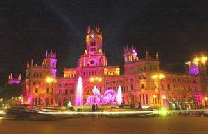 Miles de madrileños tomaron las calles del centro de la capital española para ver la ciudad engalanada e iluminada con motivo de la boda real.
