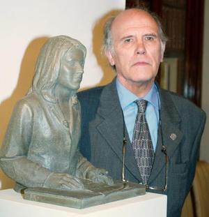 El artista Julio López Hernández posa junto a la escultura que ha realizado como regalo de bodas a la pareja real.