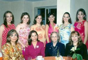 Lisseth Díaz Moreno  acompañada de algunas asistentes a su despedida de soltera.