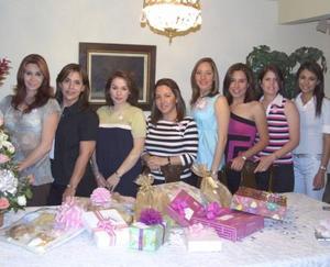 María Luisa Willy de Otto, acompañada de algunas asistentes a su fiesta de regalos.