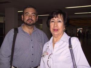 <u><b> 20 de mayo </u> </b><p>  Julio César Manríquez fue recibido por Hermilia Alicia González, a su llegada del DF.