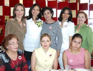 Imelda Vargas de Babrikowski, acompañada de algunas de las asistentes a su fiesta de regalos.