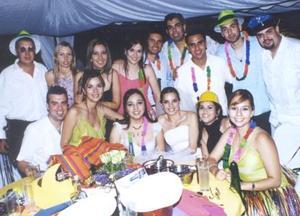 Jorge Mata Carlos y Patricia Acosta Rodríguez acompañados de un grupo de amigos en su banquete de boda.