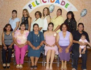 <u><b> 21 de mayo </u> </b><p> Rocío García Chavoya, acompañada de algunas de las invitadas a su despedida de soltera.