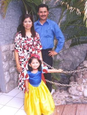 La festejada en compañia de sus papás, Adriana López  de Gurrola Islas.