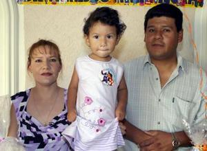 <u><b> 21 de mayo </u> </b><p> Liliana Xcaret González Flores acompañada de sus papás, José González Ayala y Liliana MArsella de González, en el festejo que le ofrecieron por sus dos años de vida.