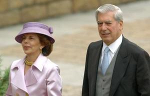 El escritor Mario Vargas Llosa y su esposa