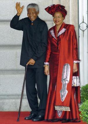 El presidente sudafricano Nelson Mandela y su segunda esposa, Graca Machel