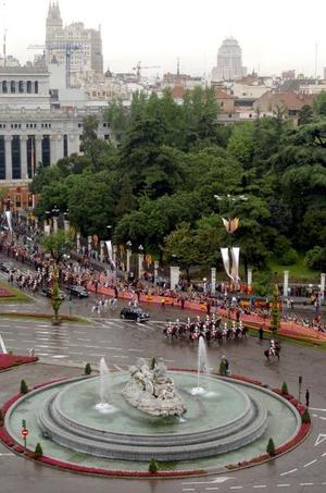 Desde primeras horas de la mañana y, a pesar del cielo gris y lluvioso de la capital española, empezaron a congregarse miles de ciudadanos de todas las edades y de diversas nacionalidades en los alrededores de los principales escenarios del enlace, la catedral de La Almudena y el Palacio Real.