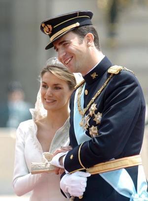 El interés que despertó la boda entre el Príncipe Felipe con una joven ajena a las familias reales motivó la elevada presencia de la colonia latinoamericana residente en España en los aledaños de la catedral, que albergó la primera boda real en Madrid desde hace un siglo.