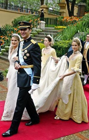 Ya a un paso más rápido, la pareja emprendió su regreso al Palacio Real, donde fue recibida por los mil 400 invitados al enlace y la banda de gaiteros de Asturias, que interpretó el himno de esta región y La Marcha de Mayo en honor de los novios.