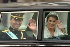 Tras contraer matrimonio, los príncipes de Asturias, quienes iniciaron su relación sentimental en la primavera de 2003, realizaron un recorrido, en un automóvil Rolls Royce blindado, por las principales calles del centro Madrid, donde fueron ovacionados por miles de españoles.