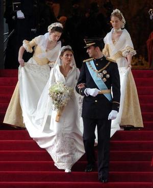 Miles de españoles ovacionaron a su futura reina, quien lució el vestido diseñado por el modisto Manuel Pertegaz con cuatro metros y medio de cola.
