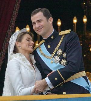 Miles de ciudadanos congregados en la Plaza de Oriente, aclamaron a los recién casados bajo un sol que tímidamente empezó a brillar en el cielo de Madrid.