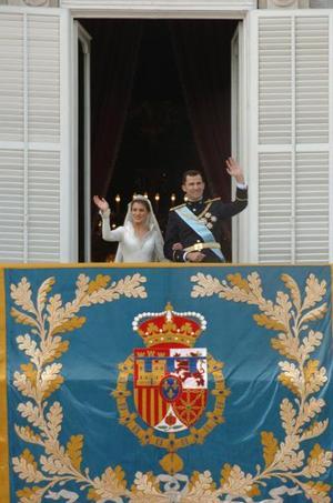 Los Príncipes de Asturias saludaron desde uno de los balcones del Palacio Real a los españoles, en una de las imágenes más esperadas del día .