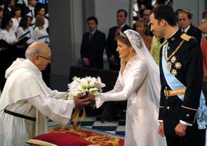 La princesa de Asturias entregó su ramo, compuesto por lirios, como emblema de los Borbones, rosas, flor de azhar, de manzano y espigas de trigo, símbolo de fecundidad, esperanza y alegría, así como atributo de Nuestra Señora de la Almudena.