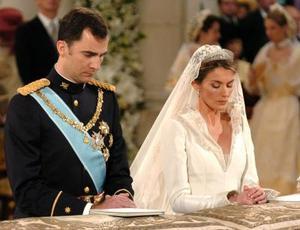Yo, Felipe, te recibo a ti, Letizia, como esposa y me entrego a ti, y prometo serte fiel en la prosperidad y en la adversidad, en la salud y en la enfermedad, todos los días de mi vida, dijo el heredero español, tomando las manos de su ahora ya flamante esposa, quien repitió la misma fórmula.   Antes de darse el sí, quiero, el heredero de la Corona española se volvió hacia su izquierda, donde se encuentra situada la familia real española para pedir su consentimiento a su padre, el rey Juan Carlos I, quien junto a su esposa, la reina Sofía, se mostraban muy emocionados. <p> El monarca hizo un simple y pequeño movimiento de cabeza, con el que daba su permiso para la unión y de este modo se realizaba la primera boda real en España en 98 años.