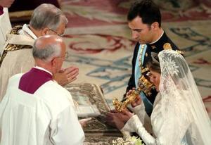 Sí, estamos decididos, respondieron los novios al cardenal arzobispo de Madrid, Antonio María Rouco Varela, oficiante de la ceremonia, cuando éste les preguntó: ¿estáis decididos a amaros y respetaros durante toda la vida?, tras lo cual ambos recitaron la fórmula más larga del ritual católico.