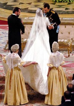 El cortejo de la familia real, en el que iba el novio con su madrina, la reina Sofia, sí pudo realizar el trayecto a pie aunque en los últimos metros debieron acelerar el paso a causa de la lluvia.