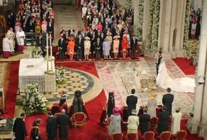 La lluvia obligó a cambiar el recorrido previsto del cortejo nupcial de la novia, cuyo traje llevaba una cola de 4,5 metros, que tuvo que ser trasladada a la puerta de la catedral en un Rolls Royce en lugar de hacerlo a pie.