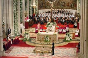 El príncipe Felipe esperó unos minutos solo en el altar hasta que llegó Letizia, ataviada con un traje del diseñador Manuel Pertegaz, que iba ceñido al talle y con cuello corola, de color blanco y realizado en seda natural valenciana con hilos de plata fina.