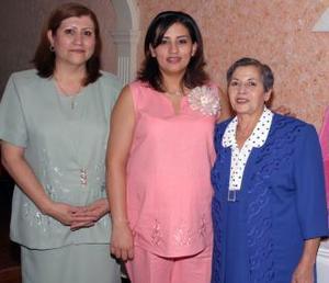 Claudia Rodríguez de MAnzo con las anfitrionas de swu fiesta de canastilla, Guadalupe Aurora Garay de Rodríguez y Evelyn Naser Waby.
